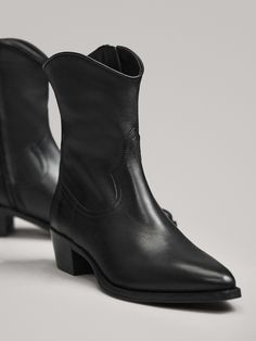 Fashion Beauty, Girl Fashion, Black Cowboys, Black Ankle Boots, Business Women, Work Wear, Chelsea Boots, Spring Summer, Booty