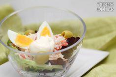 Sana y nutritiva ensalada de arroz, aderezada con mayonesa, ideal para transportar en tupper a la piscina, la playa o al trabajo.