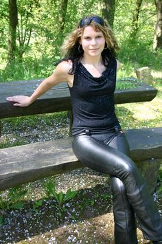 Leather Tights, Leather Pants Outfit, Leather Trousers, Leather Dresses, Shiny Leggings, Leggings Are Not Pants, Leder Outfits, Evening Outfits, Leather Fashion