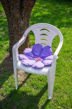 Kwiatowa poduszeczka do ogrodu. #ogrod #poduszka #kwiat #lato #krzeslo #tkanitka