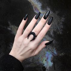 The black nail designs are stylish. It is loved by beautiful women. Black nails are an elegant and chic choice. Color nails are suitable for… Silver Nails, Dark Nails, Matte Nails, Acrylic Nails, Black Nail Designs, Fall Nail Designs, Art Designs, Diy Sharpie, Nail Polish