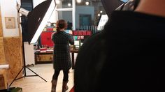 촬영용으로 셋팅된 상품을 촬영하는 원장님을 촬영하려고 하는 고대리를 촬영 (ㅋ)