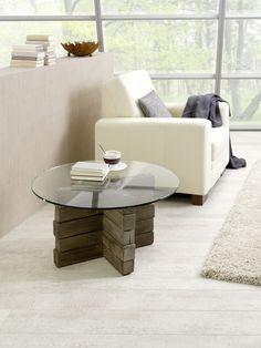 Salontafel Steeneik is uniek, trendy en ecologisch. De design salontafel is een combinatie van balken van massief sloophout en een glazen tafelblad. Het tafelblad is rond vormgegeven en uitgevoerd in veiligheidsglas (dikte 10 mm.). Het ecologische meubel geeft een natuurlijke en moderne uitstraling aan je interieur.
