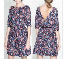 Простое летнее платье в цветочек украшает V-образный вырез на спине