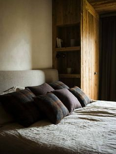 I had to share another refined rustic chalet in the mountains by the incredibly talented Marianne Tiegen. Where wood walls meet Tom Dixon Beat lights and a Mies van der Rohe Barcelona stool. Mountain Bedroom, Chalet Interior, Interior Design, Log Home Plans, Barn Plans, Chalet Design, American Interior, Metal Building Homes, Pole Barn Homes