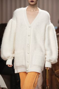 Fendi Fall 2020 Ready-to-Wear Fashion Show - Vogue Fashion 2020, Runway Fashion, Fashion Show, High Fashion, Fashion Outfits, Fashion Trends, Milan Fashion, Fashion Fashion, Fendi