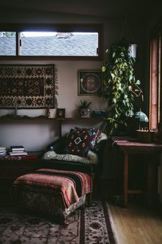 A mixture of textures and patterns creates a #boho #chic aesthetic in this #living #room.