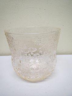 Nuutajärven lasi, Oiva Toikan Fauna -sarjan malja, väri hiukan vaaleanpunaiseen taittuva.  Ehjä ja siistikuntoinen.  Korkeus 12,5 cm.  MYYTY.