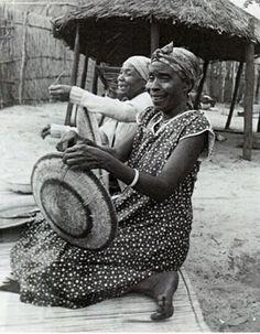 Africa | Makenge basket makers.  Zambia | ©unknown