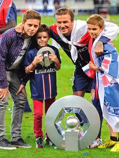 FAMILY HUDDLE photo | David Beckham