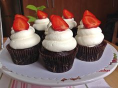 VÍKENDOVÉ PEČENÍ: Čokoládové cupcakes se smetanovým krémem Cheesecake Cupcakes, Brownie Cupcakes, Cheesecake Brownies, Fondant Cupcakes, Chocolate Cupcakes, Mini Cupcakes, Sour Cream Frosting, Muffins, Cap Cake