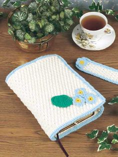 Crochet Accessories - Crochet Gift Patterns - Bible Cover and Bookmark Tutorial ༺✿ƬⱤღ http://www.pinterest.com/teretegui/✿༻