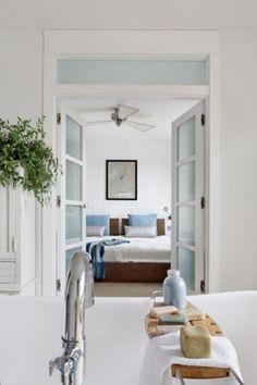 Ils ont voulu donner à cet espace moderne un esprit loft comme ils l'imaginent à New-York ou Paris. Ny Loft, New York Loft, Decoration, Oversized Mirror, Simple Things, Furniture, Comme, Home Decor, Paris
