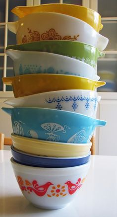 Vintage Kitchen pyrex - these bring back memories. I've scrambled many an egg in a bowl just like that one at the bottom while at the cottage. Hd Vintage, Vintage Love, Vintage Decor, Vintage Items, Vintage Designs, Vintage Kitchenware, Vintage Dishes, Vintage Glassware, Vintage Pyrex