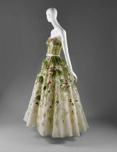 Beautiful Christian Dior ball gown, spring I love the Asiatic-like brushstrokes, combining green leaves with beacons of fruity reds. Christian Dior really knew what he was doing. Dior Vintage, Vintage Gowns, Vintage Mode, Vintage Couture, Vintage Outfits, Dress Vintage, Vintage Clothing, Vestidos Christian Dior, Robes Christian Dior