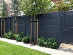 Easy Cheap Backyard Privacy Fence Design Ideas - Page 3 of 8 - channing news Backyard Privacy, Backyard Fences, Garden Fencing, Fenced In Yard, Garden Privacy, Diy Fence, Farm Fence, Black Garden Fence, Desert Backyard