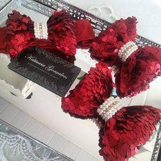 Laços de Paetê ❤ Disponível em *Tiara *Faixa *Bico de pato!   #vermelho #red #bordo #natal #babygirl #acessoriosdivos #acessoriosdeluxo #bordado #osnossosdetalhesfazemtodaadiferença #lacosbordadoscomperolas #laços #perolas #swarovskielements #entaoenatal #katiusciagoncalves #luxo