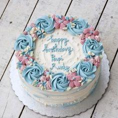 #cake #cakeshop #cakes #cakejakarta #cupcakes #cupcakejakarta #cafejakarta #lulukaylacupcake #kuejakarta #kueultah #kue #birthdaycake… Buttercream Cake Designs, Buttercream Birthday Cake, Buttercream Cake Decorating, Cake Decorating Designs, Cake Decorating Videos, Birthday Cake Decorating, Cake Icing, Cupcake Cakes, Birthday Cake With Flowers