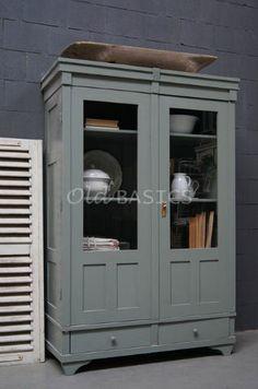 Vitrinekast 10227 - Prachtige oude houten vitrinekast met een grijs groene kleur. De kast heeft een stoere uitstraling, achter de deuren verstelbare planken.