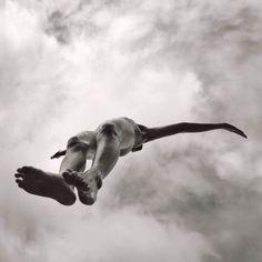 Sélection Instagram #94 // © Alain Laboile // Retrouvez la sélection complète sur le site de #FisheyeLeMag ! #Instagram #curation #photo #photography #alainlaboile #portrait #nude #body #legs #jump #jumping #sky #clouds #blackandwhite #blackandwhitephotography #photooftheday #picoftheday #potd