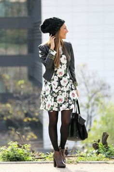 kleid mit blumenmuster dunkles blumenmuster tragen mit schwarzen strumpfhosen
