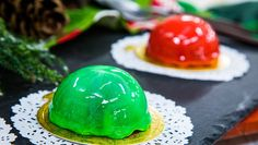 MIRROR ORNAMENT CAKES - Maria Provenzano is making a festive and beautiful dessert using your favorite brownie mix. Christmas Sweets, Christmas Cooking, Christmas Diy, Christmas Foods, Christmas Recipes, Holiday Recipes, Desserts To Make, Delicious Desserts, Cupcake Cakes