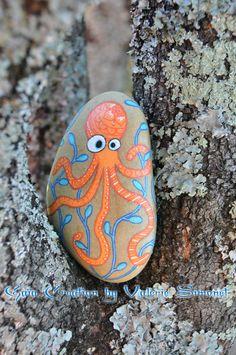 Galet de plage peint à la main. Ces pierres, choisies par mes soins sur des plages méditerranéennes, sont uniques par leurs couleurs, leurs formes et leurs textures. Je peins et dessine avec de la peinture acrylique qui résiste à leau. Les réalisations sont protégées avec 2 ou 3 couches de vernis acrylique de haute qualité afin dassurer une longévité maximale. Les galets peuvent être placés à lintérieur, comme à lextérieur, ils sont résistants à leau (néanmoins, ne pas laisser immergé dans…