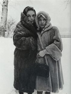 Lillian Gish (1893-1993) and younger sister Dorothy (1898-1968)