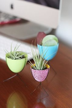 Bring a slice of coveted MCM home decor right to your desktop with these miniature bullet planters. Made from upcycled plastic Easter eggs and a few pieces of wire, this simple DIY will make your cute cubicle the envy of the office. Plastic Easter Eggs, Easter Egg Crafts, Dyi, Easy Diy, Simple Diy, Cute Cubicle, Desktop Decor, Diy Planters, Diy Projects