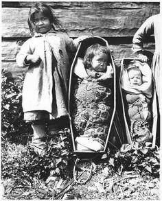 Gitxsan children at Kitwanga village, British Columbia - 1910 — mit Thomas Tucker und Voces Multifónicas.