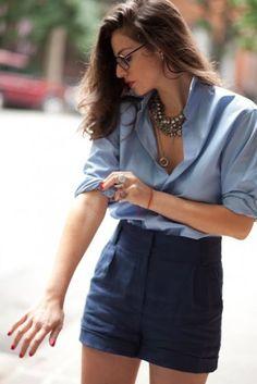 Mavi gömlek yüksek bel şort kombinasyonu