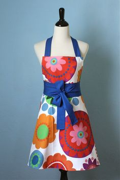 Women Full Apron Flower Power with IKEA Fabric by pamwares on Etsy Flower Power, Diy Fashion Tops, Sewing Crafts, Sewing Projects, Ikea Fabric, Cute Aprons, Apron Designs, Sewing Aprons, Kitchen Aprons