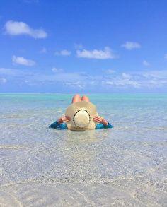 """Bom dia. Que tal acordar com um banho de mar? Olha a Nay do """"casal.nomade"""" (Instagram) deixando todo mundo cheio de vontade de curtir a Praia de Antunes, em Maragogi."""