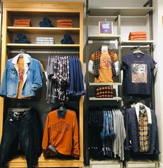 Clothing Store Interior, Clothing Store Displays, Clothing Store Design, Retail Wall Displays, Urban Outfitters Store, Denim Display, Shabby Chic Shops, Visual Merchandising Fashion, Store Layout