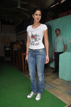 katrina kaif Jeans and t-Shirt Salon Look in movie mere brother ki dulhan