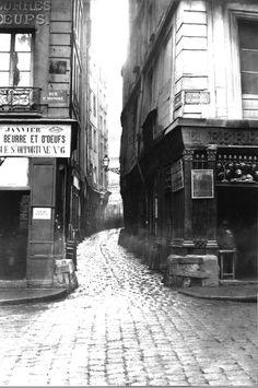 La rue Tirechappe, une rue médiévale déjà citée sous ce nom vers 1300, disparue en 1854 lors de l'ouverture de la rue du Pont Neuf, et située entre la rue de Rivoli et la rue Saint-Honoré. Une photo de Charles Marville, peu avant sa démolition.