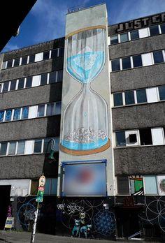 BLU, l'artiste urbain qui métamorphose les façades d'immeubles avec ses peintures engagées | Daily Geek Show
