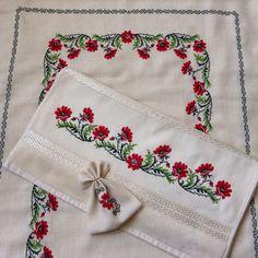 Kanaviçe seccade havlu takım Sewing Art, Cross Stitch Patterns, Needlework, Diy And Crafts, Napkins, Embroidery, Handmade, Flowers, Face Towel