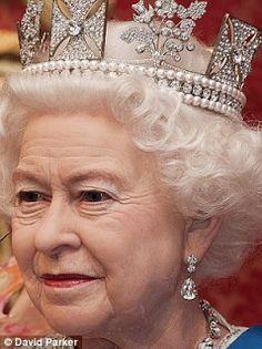 RAINHA ELIZABETH II: JOIAS E VESTIDOS - JUBILEU DE DIAMANTE