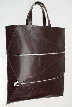 lusjestas    handtas, bestaat uit driehoeken en is op te vouwen tot een compacte rechthoek    afmetingen: 28 x 33 x 1 cm