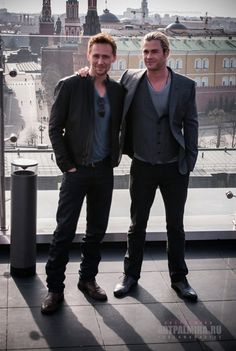 Tom Hiddleston & Chris Hemsworth (Loki & Thor)