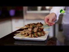 Receita: Receita Kebab de porco e batata inglesa - Sabores da Semana Kebab nada mais é que uma combinação de pão árabe com recheios grelhados.  Nessa receita, o kebab será preparado com carne de porco e batatas assadas para acompanhar.  Para essa delícia ficar ainda melhor, prefira usar o filé suíno ao invés de outro corte.  Esse prato é fácil de preparar e delicioso, perfeito para servir para os amigos em casa.