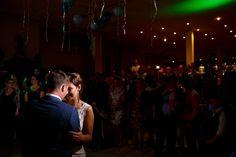 De eerste dans tijdens deze bruiloft in Groningen.   Bruiloft door de Kievit Bruiloften Bruidsfotografie