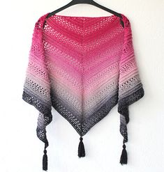 Here you can find my free crochet shawl pattern of the Ana Lucia Shawl. The shawl has beautiful details and is made with double crochet stitches. The pattern includes pictures and a video and is a beginner friendly project. Triangle En Crochet, Crochet Butterfly, Triangle Scarf, Double Crochet, Easy Crochet, Free Crochet, Crochet Bear, Single Crochet, Shawl Crochet