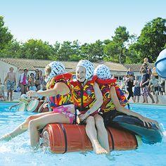 Mit selbstgebauten Flößen ein Wettrennen durch den Pool machen - das können acht bis elfjährige Kinder auf vielen unserer FamilyExtra-Plätzen. http://www.canvasholidays.de/urlaubsideen/familienurlaub/familyextra