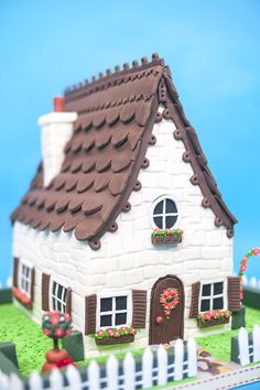 Browse hundreds of multi-award winning online cake decorating courses by expert Paul Bradford and his special guest tutors. Learn how to make cake step by step! Gingerbread House Designs, Christmas Gingerbread House, Gingerbread Cookies, Gingerbread Houses, Cookie House, House Cake, Retirement Cakes, Teacher Retirement, Cake Decorating Courses