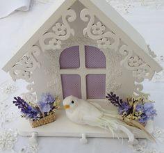Porta Chaves em MDF pintado à mão com tinta PVA. Apliques em renda, flores e pomba feita à mão. Peça envernizada.