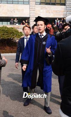 """Sale a la luz un artículo muy emotivo y escrito por Jang Keun Suk para StarCast de Dispatch el día de hoy. Después de 8 años entre estudios, giras, filmaciones y más trabajo por el príncipe de Asia """"Jang Keun Suk"""", finalmente logra su titulo en la Universidad de Hanyang de Seúl. Compartimos con ustedes parte de este artículo escrito por el mismo para todos sus seguidores y el cual anima a los jóvenes a estudiar duro. Jang Keun Suk confiesa que Team H se formo dentro de esta casa de estudios…"""