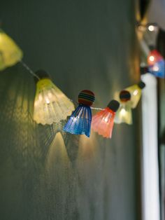 DIY: Badminton shuttlecock lights garland in sport goods diy with shuttlecocks Recycled Light garland. Patio Lighting, Exterior Lighting, Lighting Ideas, Deco Luminaire, Light Garland, Diy Garland, Decoration Inspiration, Idee Diy, Light Project