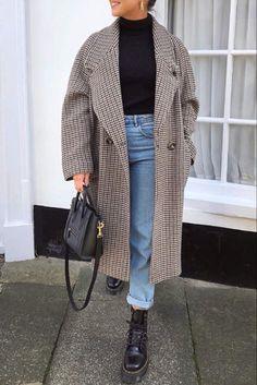 38a0a086338 Mode femme automne hiver avec un long manteau à carreaux et des Doc Martens